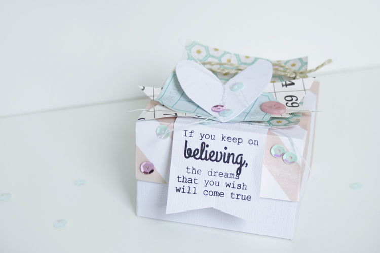 If you keep up believing, the dreams that you wish will come true | Kleine Geschenkschachtel aus Papier | Scrapbooking | piecesforhappiness.de